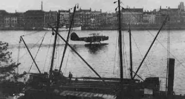 Vlieboot landt op de Nieuwe Maas